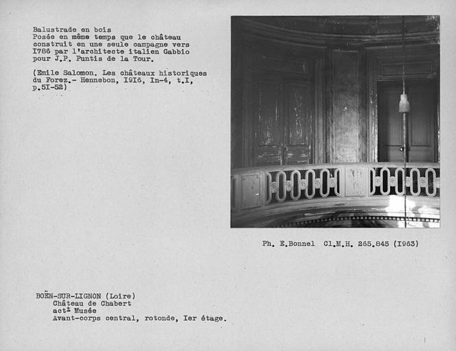 Balustrade en bois au premier étage de la rotonde centrale