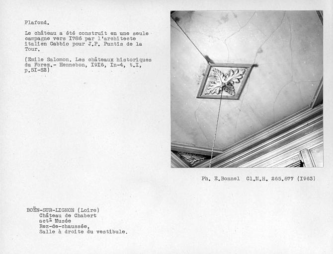 Décor de la salle à droite du vestibule au rez-de-chaussée, gypserie du plafond