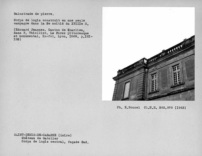 Balustrade en pierre du toit de la façade sud du corps de logis central