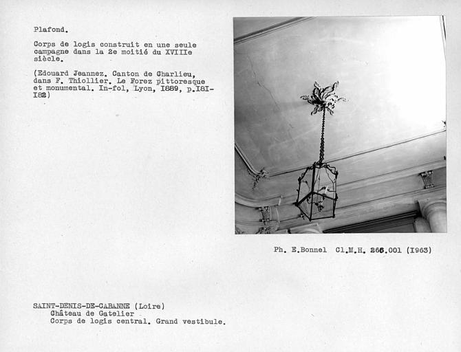 Gypserie centrale du plafond du grand vestibule