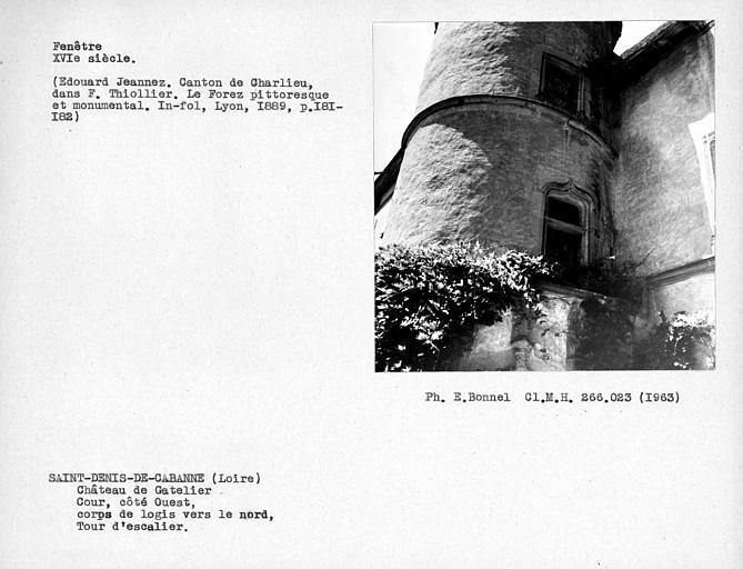 Fenêtre au premier étage de la tourelle d'escalier, cour côté ouest