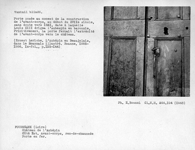 Façade est au rez-de-chaussée, poignée de porte de la porte d'entrée en fer