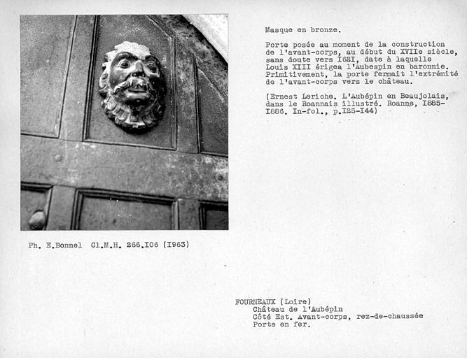 Façade est au rez-de-chaussée, masque en bronze du vantail de la porte d'entrée en fer