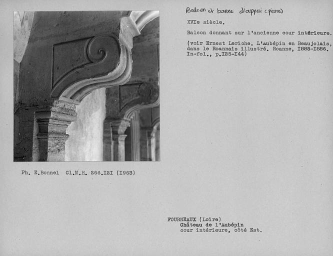 Corbeaux du balcon en pierre côté nord de la cour intérieure