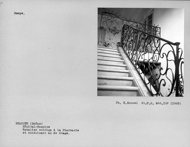 Rampe en fer forgé de l'escalier contigu à la pharmacie et conduisant au deuxième étage