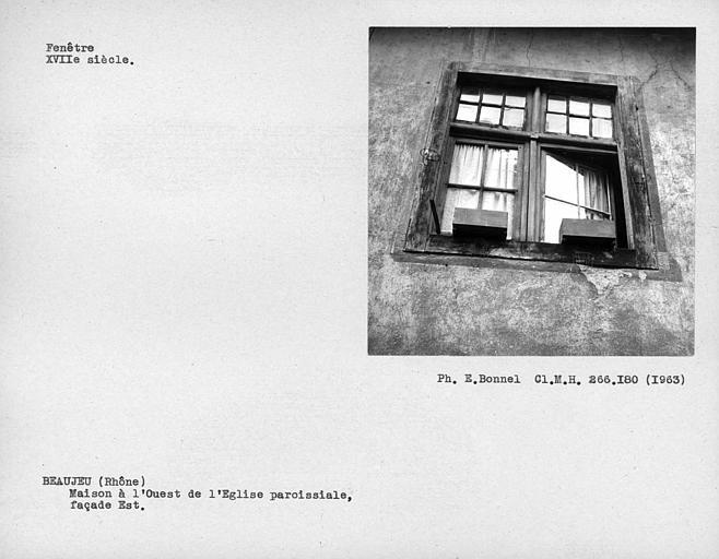 Fenêtre à croisillon de bois de la façade est