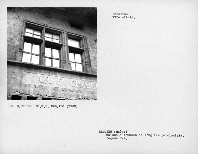 Fenêtre à croisillons de pierre de la façade est
