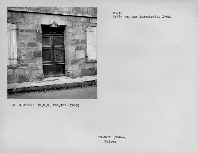 Porte datée par une inscription