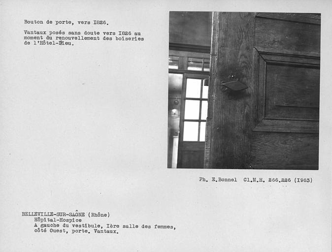 Partie ouest de la première salle de malades à gauche du vestibule, bouton de porte des vantaux de la porte centrale