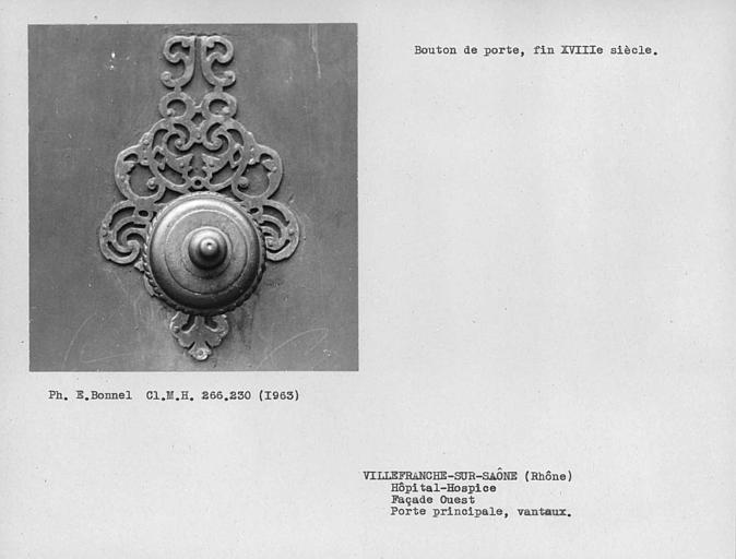 Bouton de porte et platine des vantaux de la porte principale de la façade