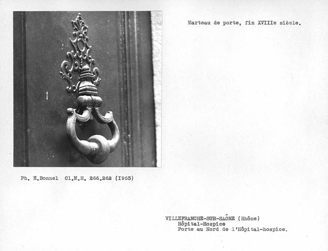 Marteau de porte et platine de la porte latérale sur la rue