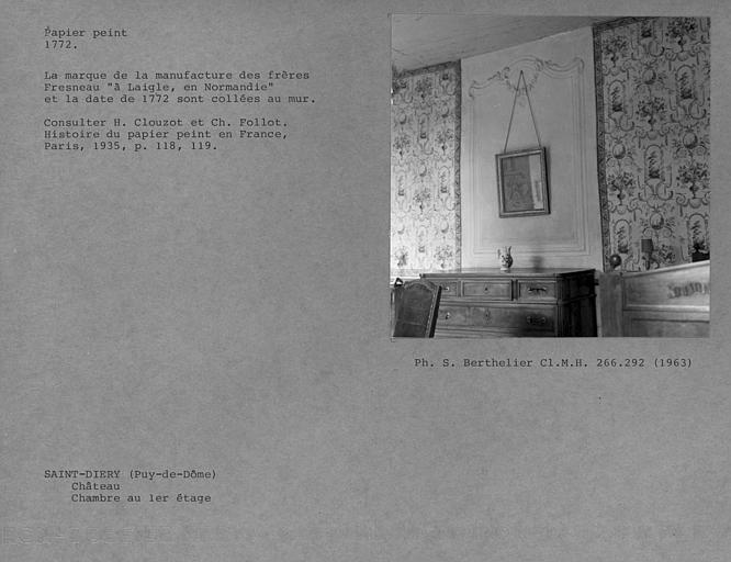 Panneau avec décor de gypserie et papier peint de la chambre au premier étage