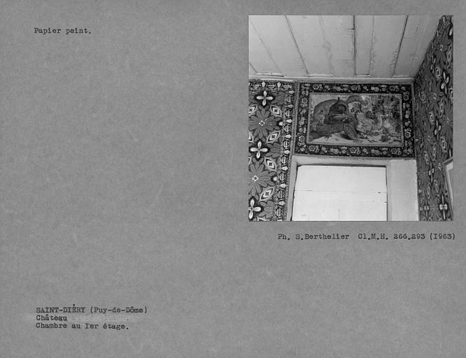 Dessus de porte et papier peint bleu et blanc de la chambre au premier étage