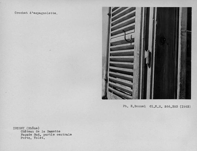 Gond et crochet d'espagnolette de la porte de la façade sud