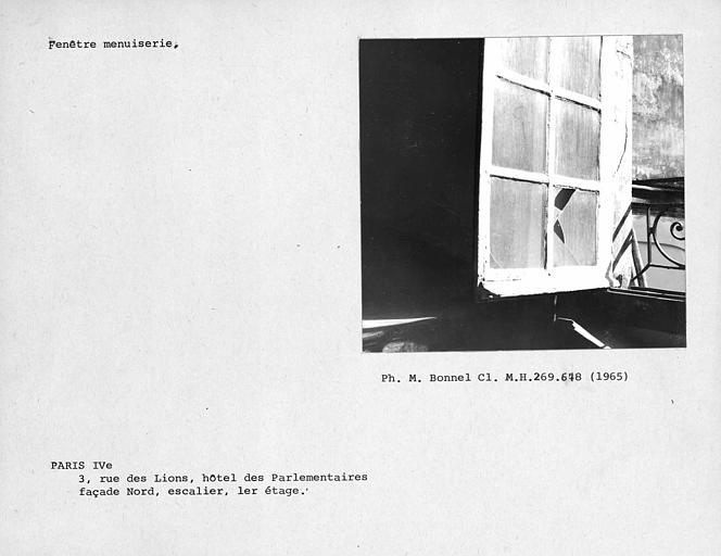 Menuiserie extérieure de la fenêtre au premier étage du grand escalier sur cour intérieure