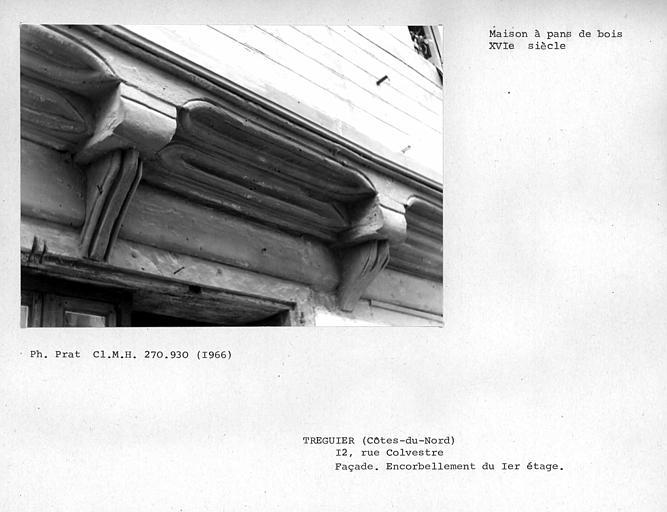 Encorbellement du premier étage de la façade, détail