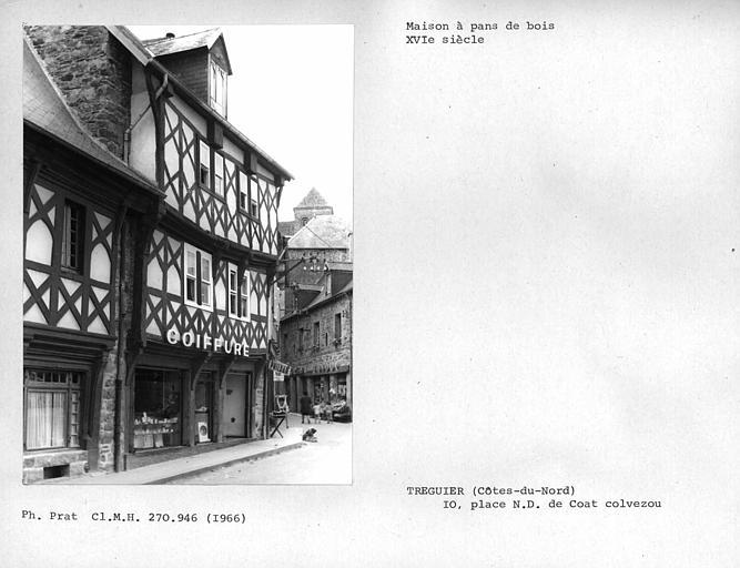 Vue d'ensemble de la façade en pan-de-bois, de profil