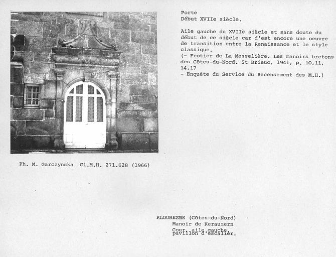 Pavillon d'escalier de la façade sur cour du bâtiment principal ouest, ensemble de la porte à fronton