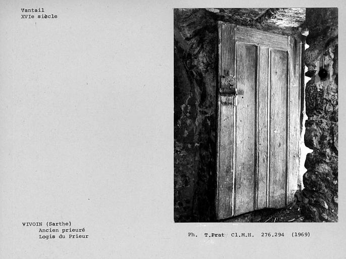 Vantail de la porte entre l'escalier à vis et la salle voûtée du rez-de-chaussée de la maison du prieur