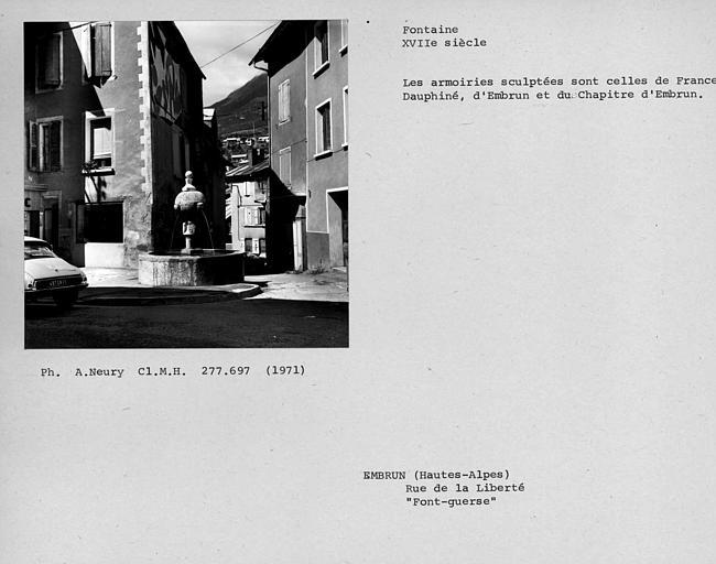 Fontaine ornée d'armoiries sculptées