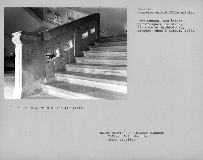 Départ vers les marches de la rampe en pierre de l'escalier