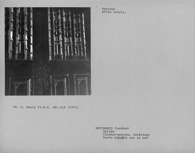 Détail de la claire-voie des vantaux du porche ouvrant sur la nef, à l'intérieur du clocher-porche