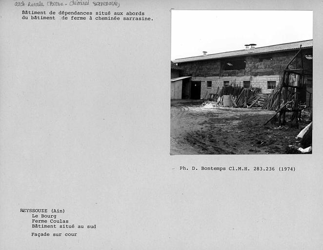 Façade sur cour du bâtiment de dépendances situé aux abords du bâtiment à cheminée sarrasine