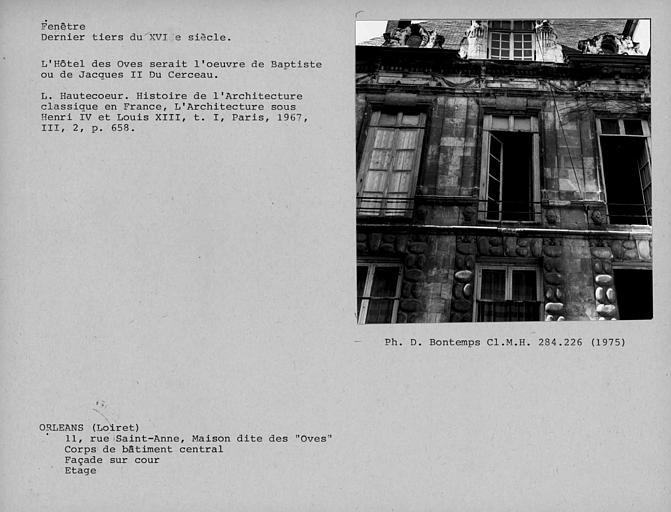 Fenêtre à l'étage de la façade sur cour du corps de bâtiment central