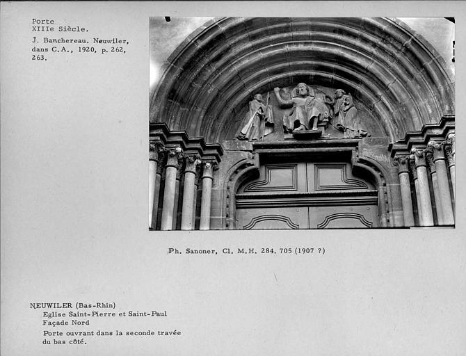 Eglise abbatiale Saint-Pierre-et-Saint-Paul. Tympan de la porte ouvrant dans la seconde travée du bas-côté de la façade nord