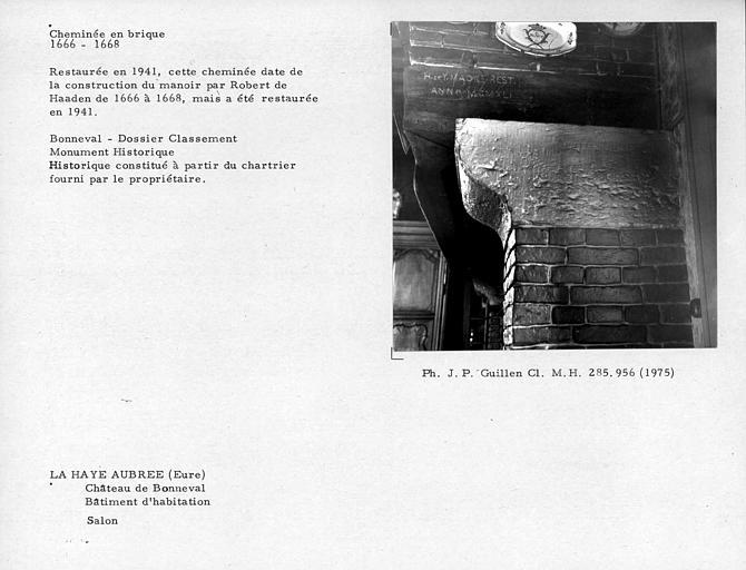 Cheminée en brique du salon, corps de logis. Restaurée en 1941
