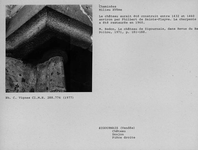 Cheminée de la deuxième pièce au premier étage de la poterne formant donjon. Chapiteau et détail du piédroit