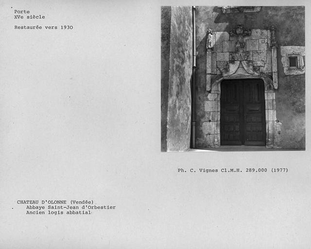 Porte donnant sur l'escalier de l'ancien logis abbatial, restaurée