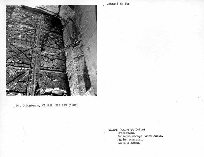 Vantail de fer de la porte de l'ancien chartrier