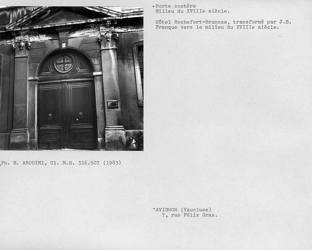 Porte cochère, vantaux encadrés de pilastres et fronton