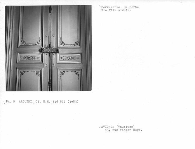 Anciens bureaux, lambris et serrurerie de la porte donnant dans le salon