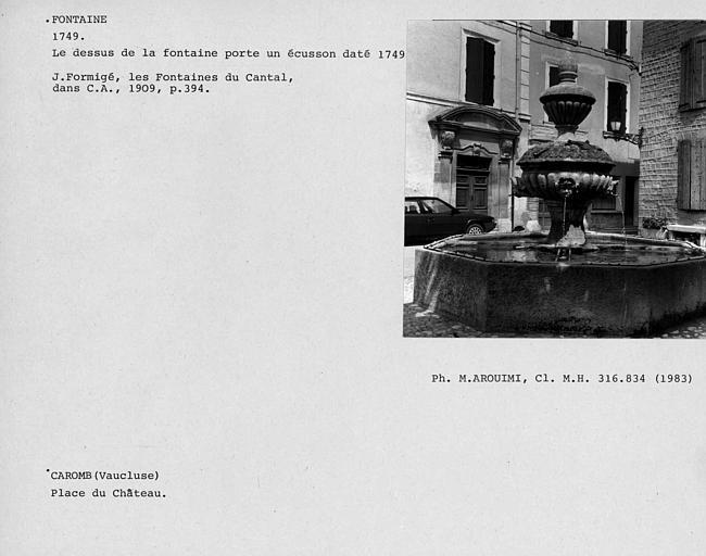 Fontaine sur la place du château