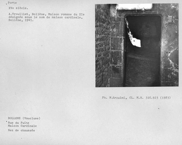 Intérieur, encadrement de porte au rez-de-chaussée