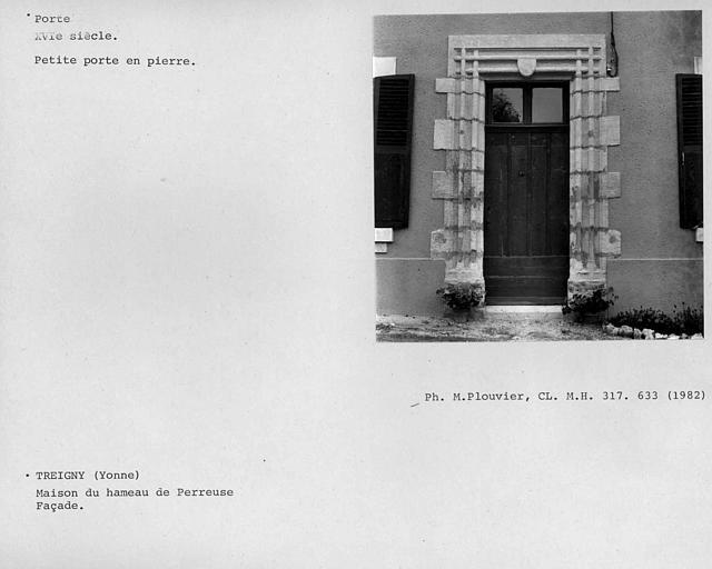 Petite porte en pierre de la façade