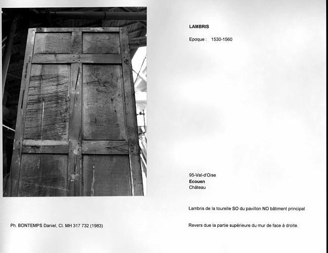 Lambris déposé provenant de la tourelle sud-ouest dans le pavillon nord-ouest du bâtiment principal. Revers
