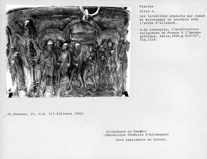 Cuve baptismale en bronze : Les Israélites conduits par Josué et traversant le Jourdain avec l'arche d'alliance