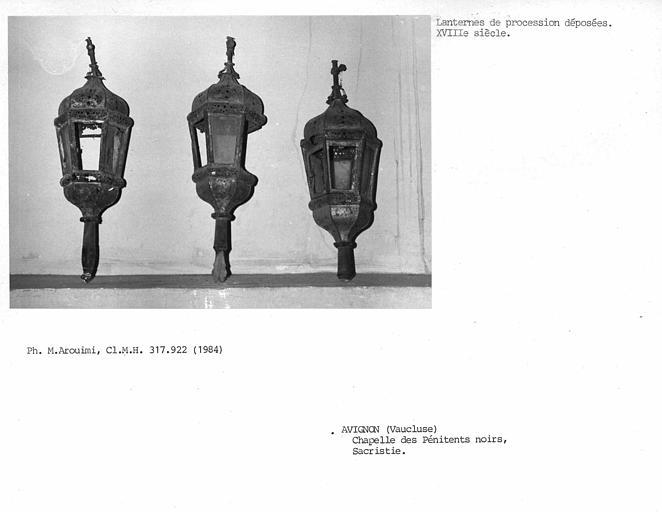 Lanternes de procession déposées dans la sacristie