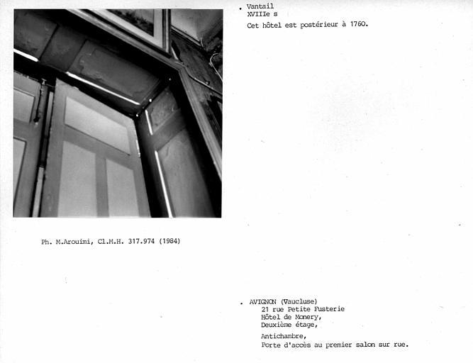 Antichambre sur cour au deuxième étage, vantail de porte du salon central