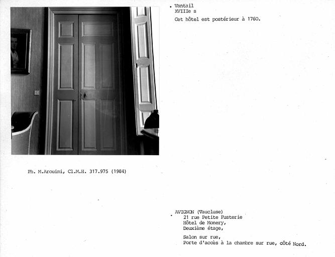 Salon sur rue au deuxième étage, vantaux de porte