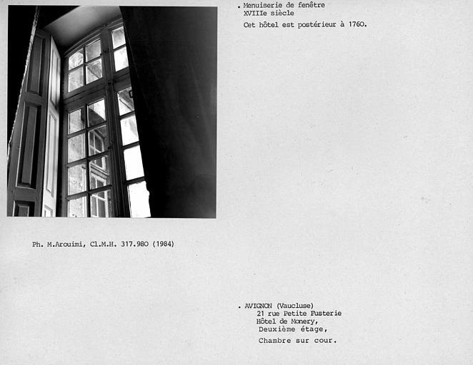 Fenêtre de la chambre sur cour droite au deuxième étage