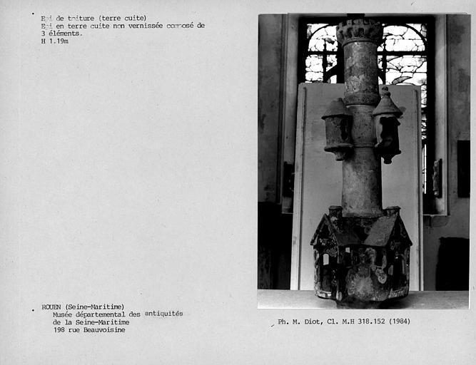 Epi de faîtage en terre cuite composé de trois éléments représentant une maison surmontée d'une tour