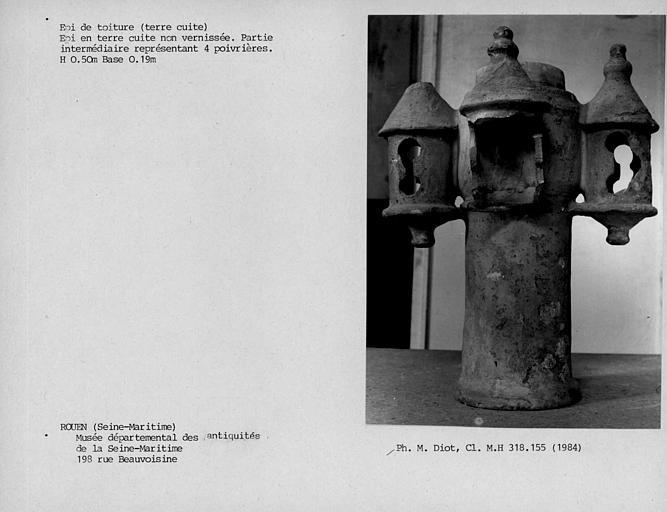 Epi de faîtage en terre cuite non vernissée, partie intermédiaire cylindrique représentant quatre poivrières