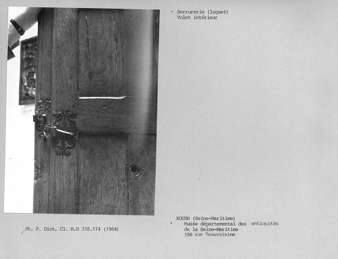 Menuiserie de fenêtre avec volet intérieur, détail du loquet
