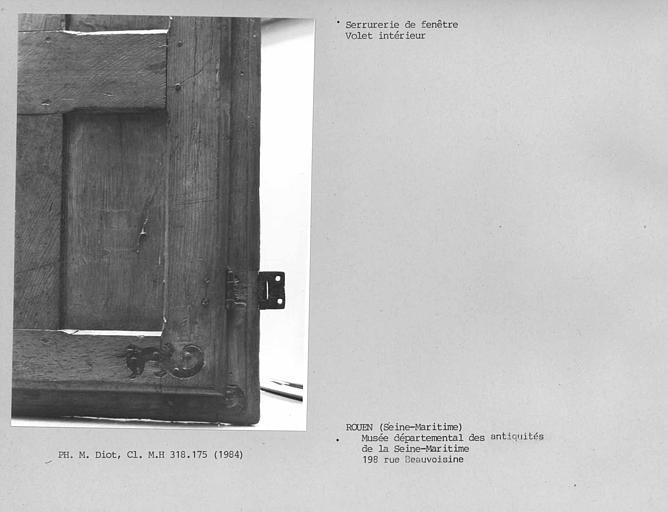 Menuiserie de fenêtre avec volet intérieur, détail des ferrures
