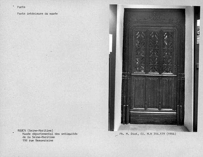 Porte à l'intérieur du musée