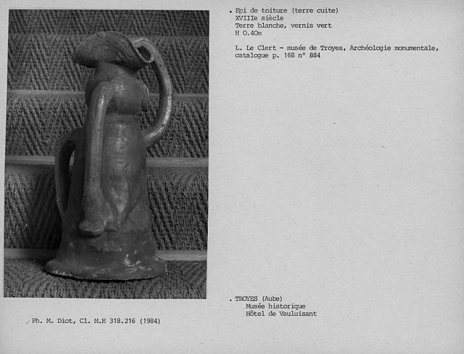 Epi de toiture en terre vernissée : personage debout vêtu d'une lévite et d'un tricorne, main levée, vu de dos